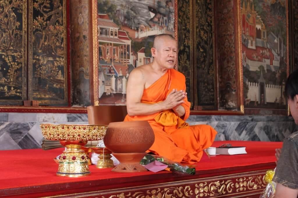 Monge rezando